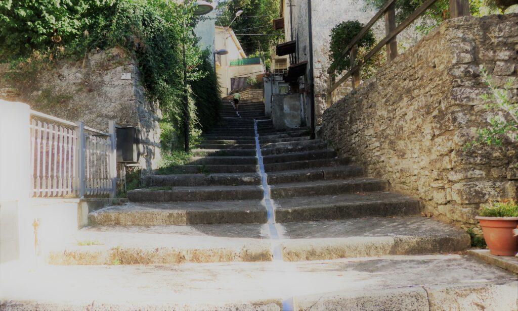 Bagni di San Filippo, stradina del borgo con canaletta, dove fino a pochi anni fa scorreva l'acqua termale.