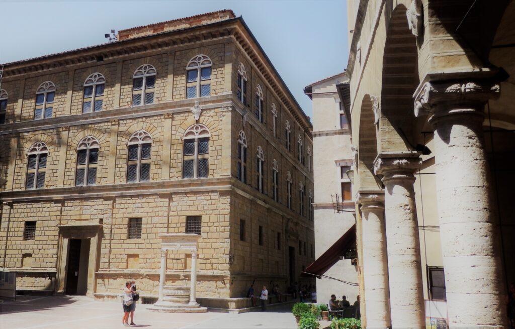 Pienza, Piazza Pio II, con vista di Palazzo Piccolomini.