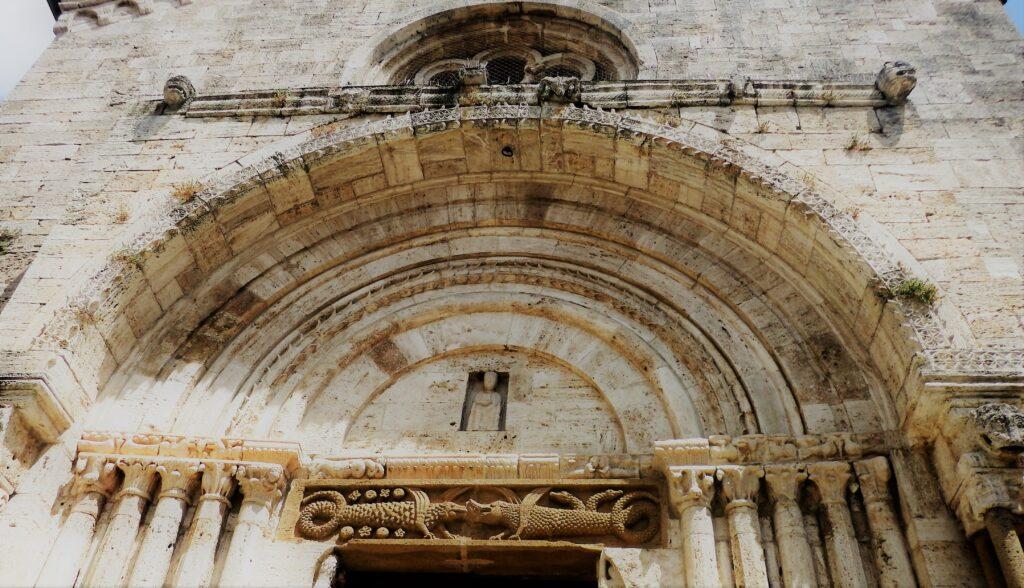 San Quirico d'Orcia, Collegiata, portale romanico.