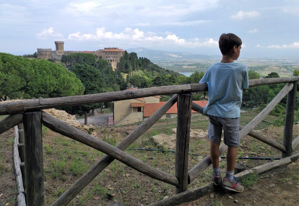 Vista sul borgo quattrocentesco di Populonia dall'acropoli