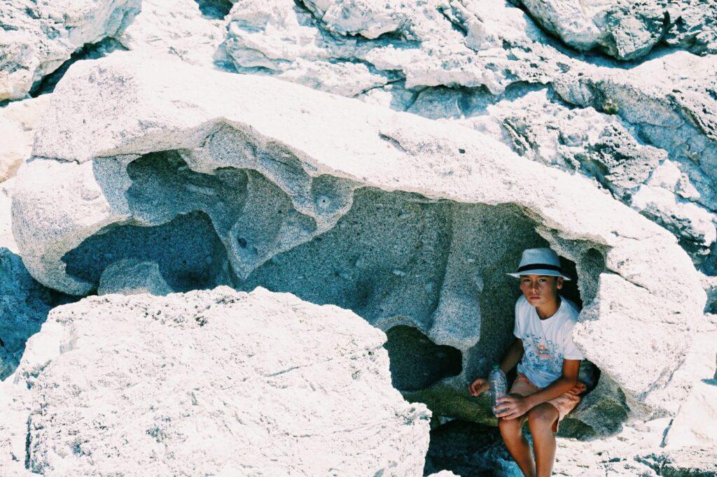Elba, spiaggia dell'Ogliera, massi di granito alveolizzati.