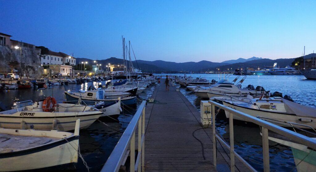 Elba, Portoferraio in notturna.